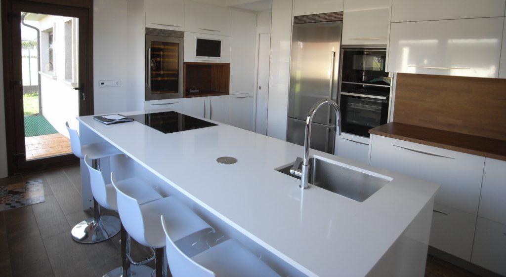 cocina blanca combinada con madera coruña