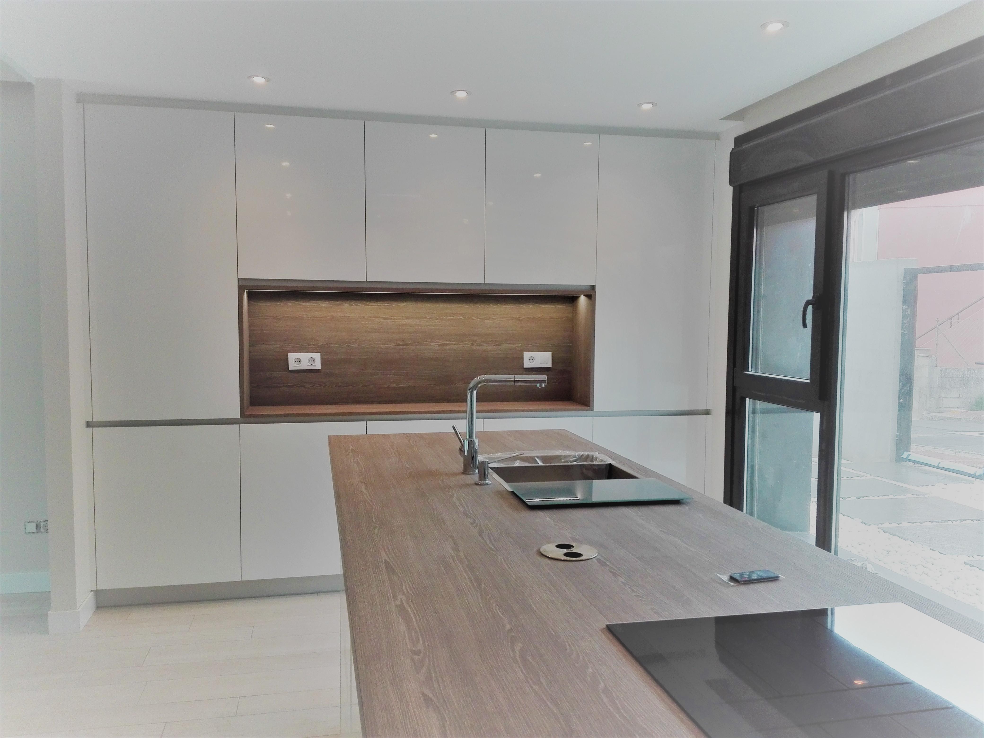 cocina blanca encimera madera